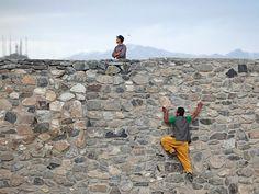 Desde Aganistán recibimos esta imagen en mayo, la de un hombre escalando un muro ante la mirada ausente de un guardián.
