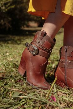 Bota Marrom 162001 Country Life, Boots, Design, Fashion, Metal Buckles, Red Boots, Taupe, Brown, Black