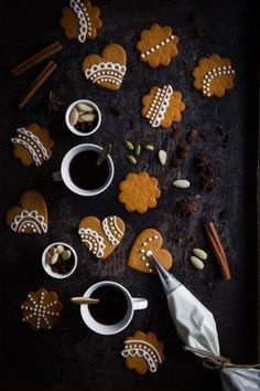 Christmas cookies simple - Christmas arrangements and ideas with delicacies - Idée de glacage pour petits biscuits – yummy - Christmas Treats, Christmas Baking, Christmas Cookies, Christmas Gingerbread, Simple Christmas, Winter Christmas, Christmas Time, Rustic Christmas, Made By Mary