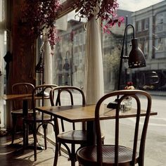 Tartinery Nolita, New York - the modern version of traditional French bistro Cafe Restaurant, Restaurant Design, Cafe Bookstore, Restaurant Ideas, Cafeteria Paris, Brasserie Paris, Cozy Cafe, Cafe Bistro, Bistro Tables