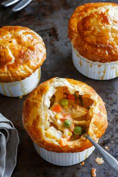 Creamy Chicken Pot Pie Creamy Chicken Pot Pie - Rich, flavorful with a golden brown crispy crust, these individual chicken pot pies are seriously comforting. Mug Recipes, Cooking Recipes, Mini Pie Recipes, Kraft Recipes, Drink Recipes, Mini Pot Pies, Individual Chicken Pot Pies, Yummy Food, Tasty