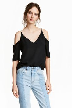 Cold shoulder blouse: CONSCIOUS. Blouse in a soft Tencel® lyocell weave with bare shoulders, narrow shoulder straps, short sleeves and a V-neck back and front.