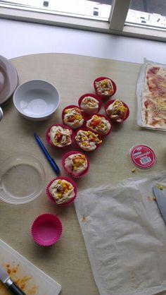 Hartige cupcakes, pizzadeeg op rol kopen, vullen met allerlei lekkers, oprollen, op pinklengte in stukken snijden en tien minuten/kwartier in de oven op 200 graden