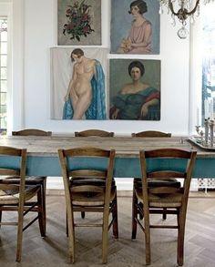 langbord i skøn farve og tone i tone på billedvæggen