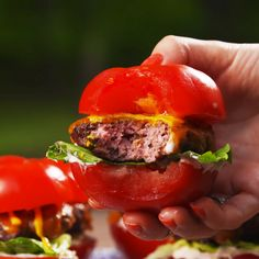 Low-Carb Tomato Bun Sliders - Subbing out burger buns for tomato buns will be your favorite low-carb grilling hack this summer. Low Carb Recipes, Beef Recipes, Cooking Recipes, Healthy Recipes, Easy Recipes, Low Carb Burger, Burger Buns, Burgers, Fingerfood Party