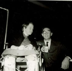 between-dreaming: Buddy Holly and fan Kathy taken in 1958 Neat, never saw this before :) 1950s Rock And Roll, Rock N Roll, Buddy Holly Musical, Popular Music Artists, Holly Pictures, Ritchie Valens, Hank Williams Jr, Famous Singers, Music Icon