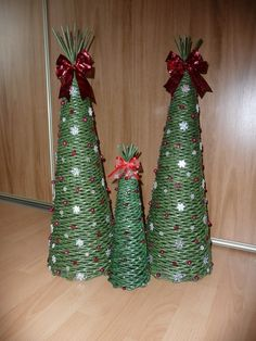 Stromček z papletu, Autor: caludi1 Christmas Makes, Diy Christmas, Christmas Decorations, Christmas Ornaments, Holiday Decor, Paper Roll Crafts, Paper Jewelry, Basket Weaving, How To Make