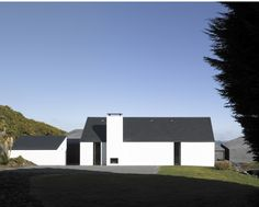 Recalling a painting by Georgia O'Keefe -- Private House in Goleen, Ireland by Niall McLaughlin Architects