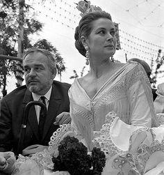 los príncipes Rainiero y Grace paseando por el Real de la Feria de Sevilla el 23 de abril de 1966.
