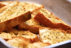 En nem opskrift på hvordan du laver lækre og sprøde brødstykker med hvidløg ud af et stykke daggammelt brød. Perfekt som brød til maden og nemt at lave. Du skal endelig ikke smide daggammelt brød ud,