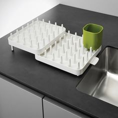Featuring a three piece adjustable design to fit a variety of draining spaces, this modernistic dish rack from Joseph Joseph benefits from a moveable cutlery drainer and integrated spout for draining into the sink, perfect for all types of washing up. Declutter Your Home, Organizing Your Home, Countertop Organization, Cutlery Holder, Dish Drainers, Shops, Joseph Joseph, Dish Racks, Drawer Dividers