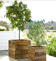 Simple square deck planter boxes made from pallet wood - this will work for my lemon tree. #WoodProjectsDiyPlanterBoxes