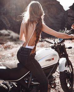 いいね!7,147件、コメント94件 ― Bea González Eguiraun - 8さん(@eguiraun)のInstagramアカウント: 「Día de rodaje con esta preciosidad de @roamotorcycles. Nos está haciendo frío que pela pero sarna…」