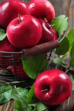 Detox With Apple Cider Vinegar - Detoxify Yourself Apple Fruit, Fruit And Veg, Red Apple, Fruits And Vegetables, Fresh Fruit, Apple Farm, Fruit Picture, Fruit Photography, Beautiful Fruits