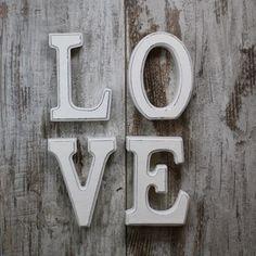 Letras Love en madera blanca decapada por 11,95 €