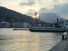Esta es una imagen del puerto de Cartagena. Se puede observar como el ser humano ha modificado e influido en el medio físico. Es importante potenciar el interés por observar e interpretar el medio que le rodea y las consecuencias positivas y negativas que la acción humana tiene sobre el ambiente