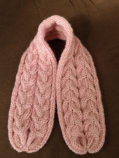 Echarpe avec torsades bébé aiguilles N°5. Voilà l'écharpe qui accompagne le bonnet pour un joli petit ensemble pour bébé. Création Mes Tricots et Astuces Fournitures : - 1 pelote de laine Royale de chez Zeeman (la moitié m'a suffit) - 1 paire d'aiguilles...