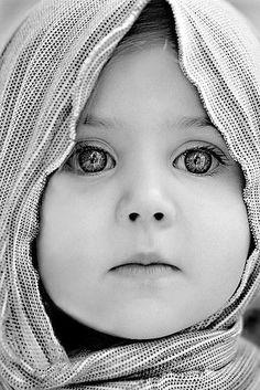 prachtige ogen die helder de wereld in kijken, maar ook wat dromerig hoofddoek die haar omlijst