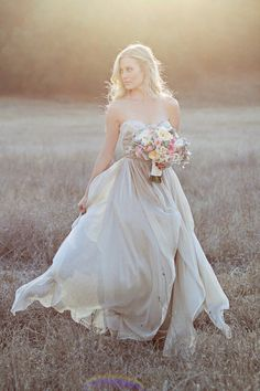 Brides imagine having the most appropriate wedding day, but for this they need the most perfect wedding gown, with the bridesmaid's outfits complimenting the brides dress. These are a variety of tips on wedding dresses. Bride 2 Be. Bridal Poses, Bridal Shoot, Wedding Poses, Wedding Bride, Wedding Day, Wedding Dresses, Bridal Photoshoot, Boho Wedding, Trendy Wedding