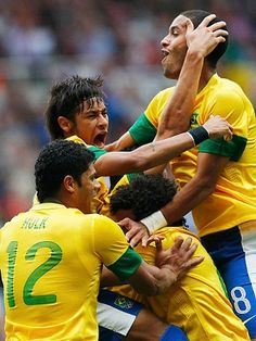 Brazilian football players celebrating goal scored against Honduras (espn.com.br)