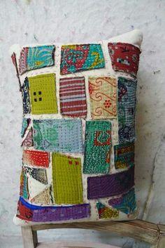 Pillow dello straccione. Scarti di stoffa strappata su lino grezzo