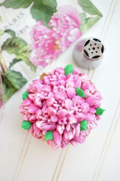 Have you ever wondered what Russian decorating tips are, and how to use them? These special tips are SO easy to use and make the prettiest frosting flowers! Russian Decorating Tips, Cake Decorating Tips, Cookie Decorating, Buttercream Recipe For Piping, Buttercream Cupcakes, Frosting Techniques, Frosting Tips, Russian Icing Tips, Frosting Flowers
