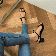 Simple sandals and jeans Sock Shoes, Cute Shoes, Me Too Shoes, Easy Style, Look Jean, Simple Sandals, Black Sandals, Strappy Sandals, Looks Style