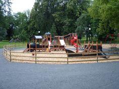 Mały Statek Nature i Lokomotywa na placu zabaw w parku miejskim