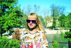 Cum să sfidezi un oraş plin de gropi şi de praf? Asortându-ţi ţinuta cu natura ;)    Vezi exemplul Cristinei, care poartă o cămaşă TinaR cu imprimeu botanic! O puteţi cumpăra de aici: http://www.tinar.ro/camasa-cu-imprimeu-botanic-rosu~-galben-si-khaki.html    Pentru mai multă inspiraţie şi mai mult curaj în asocierea printurilor de pe bluză, fustă, sandale, urmăriţi-o pe bloggeriţa noastră prietenă pe http://www.5inchmemories.com/sugary-blue-3!