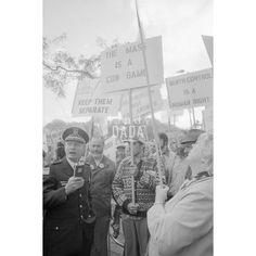 """Atheist Demonstration II Chicago 1979; il rapporto con la Chiesa cattolica negli Stati Uniti è sempre stato turbolento. Durante la visita alla cattedrale """"Holy Name"""", il santo padre Giovanni Paolo II è stato contestato da un gruppo di atei."""