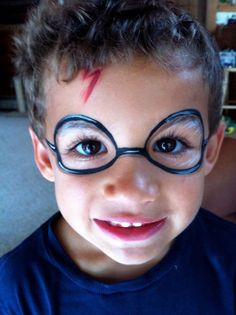 der kleine Junge mit Harry Potter Narbe und bemalte Brillen, Halloween Make up e… the little boy with Harry Potter scar and painted glasses, Halloween make up easy Easy Face Painting, Face Painting For Boys, Face Painting Designs, Paint Designs, Face Painting Supplies, Harry Potter Gesicht, Maquillage Harry Potter, Tinta Facial, Makeup Tips