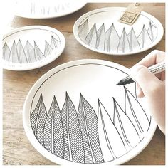 Even laten zien waar ik op dit moment mee bezig ben ✍️ Ik was toevallig net … Let me see what I am currently working on toevallig I just happened to be making a feather order when another one came in Pottery Painting, Ceramic Painting, Ceramic Art, Ceramic Decor, Ceramic Plates, Ceramic Pottery, Decorative Plates, Sharpie Plates, Porcelain Pens