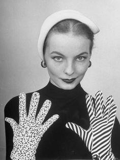 Model Martha Boss, Modeling Mismatched Gloves