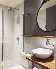 Banheiro com ares de lavabo. Pastilhas hexagonais, pintura cinza e madeira natural. O resultado não poderia ser mais charmoso que esse ;)