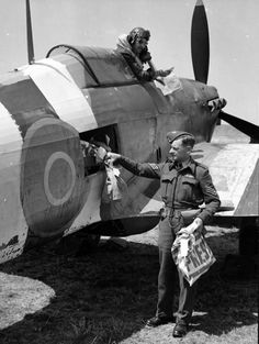 IIC in version high-speed mail plane - loading packages with the press, 1944 Navy Aircraft, Ww2 Aircraft, Military Aircraft, Female Marines, Hawker Hurricane, Aviation News, Tiger Tank, Desert Camo, Ww2 Planes