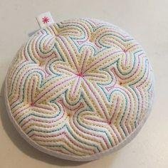 #색실누비#김윤선선생님#바늘꽂이 針山には羊毛がいいという事で、ハマナカのメリノを入れてみた。いつも針山を作ると結構な量のわたを使うので、一袋全部無くなるのを覚悟してましたが、案外少食でした Korean Crafts, Korean Art, Korean Style, Textiles, Korean Traditional, Sewing Art, Pin Cushions, Textile Art, Decorative Bowls
