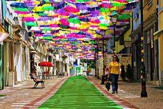 Festival de arte Ágitagueda, en Portugal. Cielo hecho de sombrillas. Las calles se llenan de colores en el mes de julio.