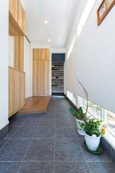 「香川の家」掲載の(株)ロータリーハウス が手がけた実例・施工例です。込められた想いは「美しい大屋根に守られて家族の未来を育む家。」香川県高松市の実例・施工例・新築が一斉に見れる。香川の地元工務店で家を建てたい人には必見の情報が盛りだくさん。 Entrance Ways, House Entrance, Japanese Modern House, Entry Way Design, Modern House Plans, House Layouts, Stairways, Home And Garden, House Design