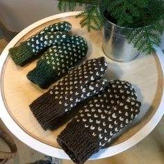 Käsinneulotut lapaset Knit In The Round, Opi, Knit Mittens, Handicraft, Knitting Patterns, Knitting Ideas, Knit Crochet, Crotchet, Sewing