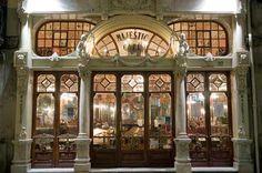 """Café Majestic, reminiscencias de la belle époque (Oporto-Portugal) El establecimiento, situado en la popular calle comercial de Santa Catarina, abrió sus puertas el 17 de diciembre de 1921 con el nombre de """"Elite"""", diseñado por el arquitecto Joao Queirós. Su inauguración fue todo un acontecimiento en la época, como le sucediera a la Librería Lello, y acudieron las personalidades más destacadas del momento. Sería en 1922 cuando el Café pasó a tener su nombre actual,"""
