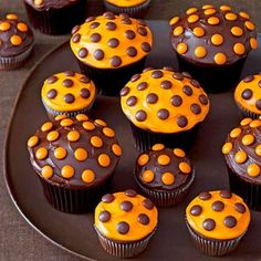 Halloween polka dot cupcakes - with Reeses Pieces.so cute and so simple! I love polka dots and cupcakes and Halloween. Hallowen Food, Halloween Desserts, Halloween Treats, Happy Halloween, Fall Halloween, Halloween Cupcakes Easy, Halloween Buffet, Samhain Halloween, Halloween Clothes
