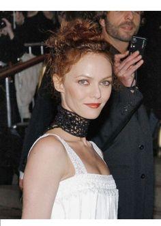 Ce chignon relevé et épinglé sied parfaitement aux pommettes saillantes de Vanessa Paradis. #vanessaparadis #coiffure #hair