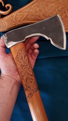 Sculptures sur le manche de ma hache, motifs celtiques d'un côté, scandinave de l'autre...