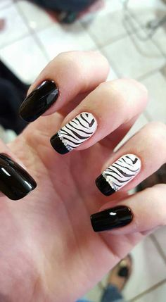 Unhas com francesinha e destaque de carimbo de zebra. Micka
