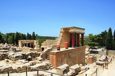 Knossos and Herakion excursion: archeological tour,guided tour to Knossos,official guide,historical tour,Minoan civiization,Heraklion Museum, Venetian Heraklion,explore Herakion, wine tour, wines of Crete