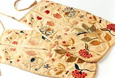 Double pocket, North America, 1750-1775. Undyed cotton embroidered with multicoloured floral motifs in wool thread.