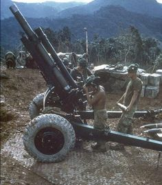 Men of US Marine Division preparing to load a round into their howitzer Vietnam 1 June Vietnam History, Vietnam War Photos, Boxe Fight, History Online, Us Marines, Marines Funny, Big Guns, American War, American Soldiers