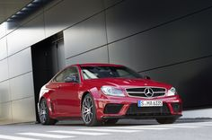 Technology transfer from the world of motorsport and driving dynamics at the highest level, the spectacular design of the C 63 AMG Coupé Black Series makes it a fierce track-oriented vehicle.