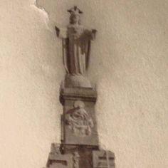 PRIMER CRISTO DE MONTEAGUDO (1926).en  Se podían leer a los pies del Cristo la palabra MURCIA.  Y aparecían a izquierda un SAN FRANCISCO de ASÍS y a derecha un SAN FRANCISCO JAVIER.  En la parte frontal había un altorrelieve de la figura del Corazón de María.  Y en la parte trasera un altorrelieve de Santa Margarita de Alacoque.  A los lados unos escudos con 7 coronas y un corazón.  Era del año 1926, obra de ANASTASIO Martínez Hernández, y era macizo pero fue destruido en la Guerra Civil. Su…