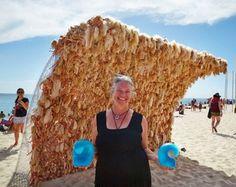 La artista belga Annette Thas creó una ola de más de 3 metros de altura con 3000 muñecas Barbies de tiendas benéficas de segunda mano.
